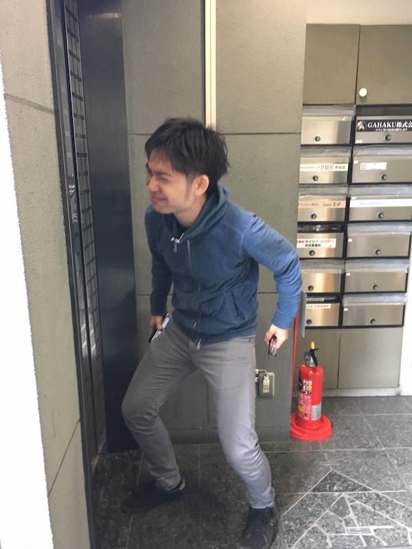 スクワットでエレベーターを待つ